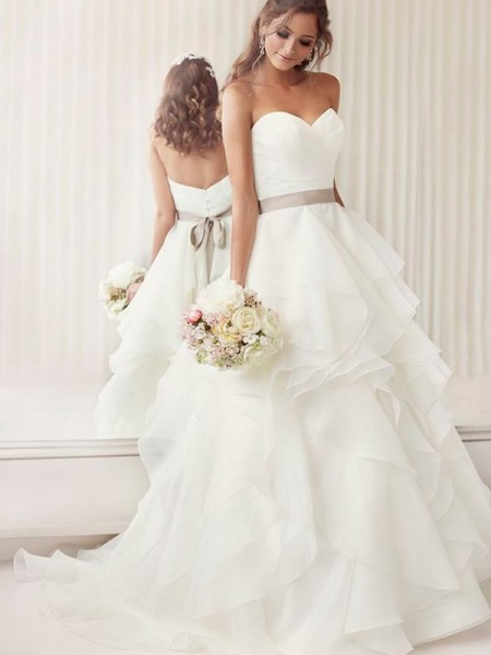 A-Line/Princess Organza Sweetheart Sleeveless Chapel Train White Wedding Dresses